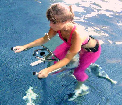 Vélo d'aquabiking sont bien pour le fitness et muscler votre corps