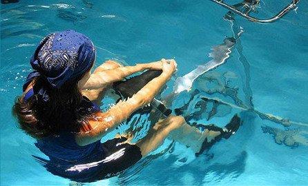 Position aquabike couchée derrière la selle pour réaliser une séance de musculation variée