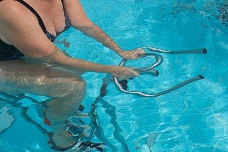 La pratique du sport d'aquafitness avec des vélos d'aquabiking est efficace sur les muscles